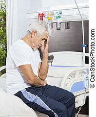 verdrietige , senior, patiënt, zitting op het bed, op, rehab, centrum