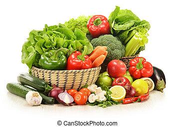 verduras cruas, em, cesta feito vime, isolado, branco