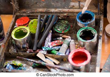 verf , koppen, borstels, en, houtskool, potloden, in, een, oud, hout, doosje