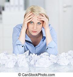 verfrommeld, gelul, moe, uitvoerend, papier, bureau