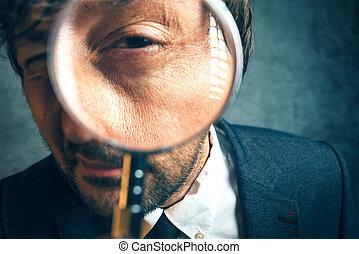 vergroot, oog, van, belasting, inspecteur, kijken door, vergrootglas