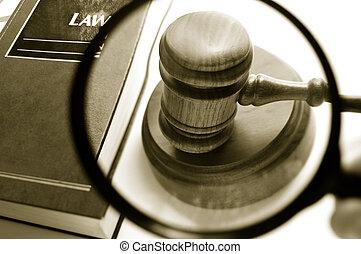 vergrootglas, het onderzoeken, een, rechters, versieren, gavel, met, wet boek