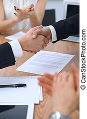 verhandlung, partner, unterzeichnung, because, geschäftsmenschen, büro., auf, vertrag, zufrieden, handgeben, schließen, versammlung, oder