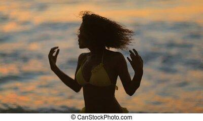 verheffing, dancing, haar, terwijl, vrouw, vingers, vrolijke
