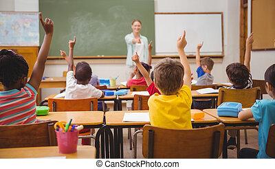 verheffing, gedurende, handen, hun, leerlingen, stand