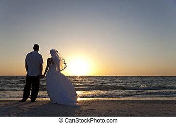 verheiratet, &, paar, stallknecht, braut, sonnenuntergang, wedding, sandstrand