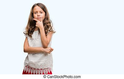 verheven, brunette, positive., spaans, denken, armen, hand, het kijken, zeker, fototoestel, gekruiste, glimlachen, meisje, chin.