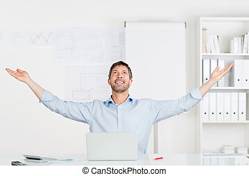 verheven, kantoor, zittende , armen, bureau, zakenman