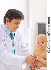 verificado, doutor, sendo, estetoscópio, pediatra, bebê, ...