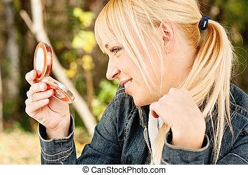 verificar, cabelo, mulher, espelho