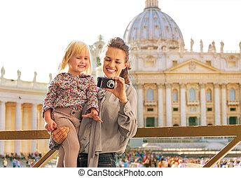 verificar, fotos, cámara, madre, nena, frente, feliz