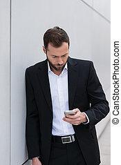 verificar, hombre de negocios, el suyo, teléfono móvil