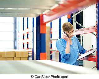 verificar, mujer de negocios, almacén, inventario, teléfono
