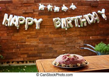 verjaardagsfeest, met, roze, verjaardagstaart, op, een, houten, achtergrond, en, inscriptie, gelukkige verjaardag