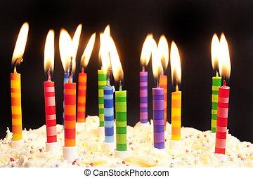 verjaardagstaart, en, kaarsjes, op, zwarte achtergrond