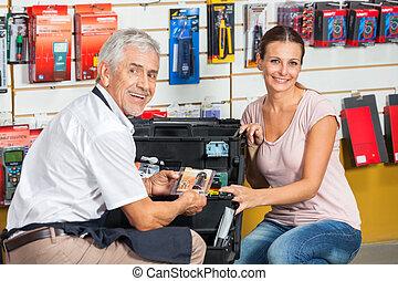 verkäufer, assistieren, frau, in, baumarkt