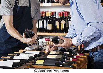 verkäufer, assistieren, kunde, in, auswählen, weinflasche, an, supermar