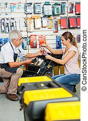 verkäufer, assistieren, kunde, in, auswählen, werkzeuge, an, kaufmannsladen