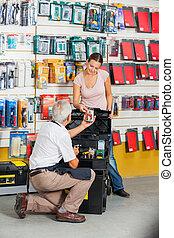 verkäufer, assistieren, kunde, in, baumarkt