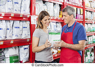 verkäufer, assistieren, kunde, in, kaufen, hätscheln speise, an, laden
