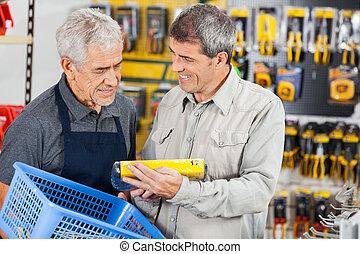 verkäufer, assistieren, kunde, in, kaufen, produkt