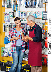 verkäufer, assistieren, kunde, in, kaufen, schraubenzieher, an, kaufmannsladen