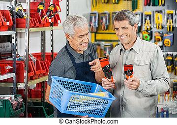 verkäufer, assistieren, kunde, in, kaufen, zange