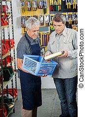 verkäufer, assistieren, mann, kunde, in, kaufen, produkt