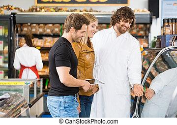 verkäufer, assistieren, paar, fleisch, kaufen