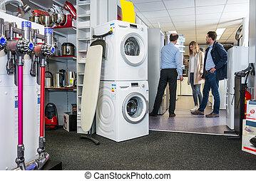 verkäufer, assistieren, paar, in, kaufen, kühlschrank