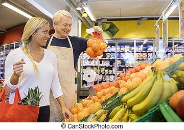 verkäufer, ausstellung, orangen, zu, weibliche , kunde, in, kaufmannsladen