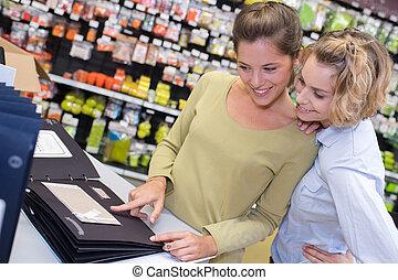 verkäufer, ausstellung, produkt, zu, kunde, in, hardware, laden