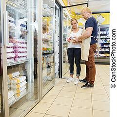 verkäufer, ausstellung, produkte, zu, weibliche , kunde, in, lebensmittelgeschäft