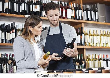 verkäufer, ausstellung, weinflasche, zu, weibliche , kunde