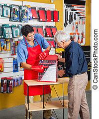 verkäufer, führend, mann, in, auswählen, werkzeuge, an, kaufmannsladen