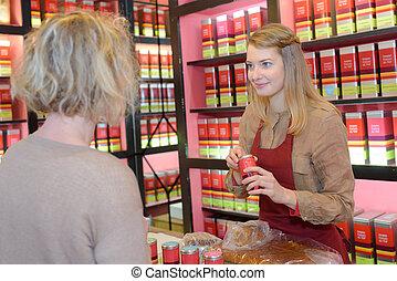 verkäufer, geben, produkt, zu, weibliche , kunde, in, tee, kaufmannsladen