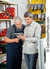 verkäufer, mit, kunde, gebrauchend, digital tablette