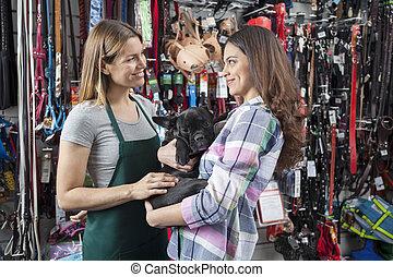 verkäuferin, anschauen, weibliche , kunde, tragen, französische bulldogge