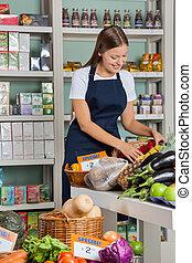 verkäuferin, arbeitende , in, supermarkt
