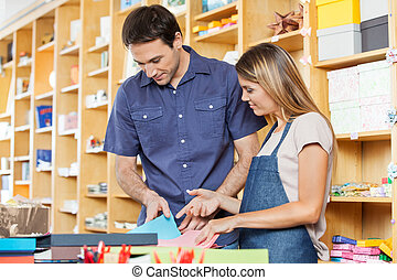 verkäuferin, assistieren, kunde, in, wählen, grüßen karte