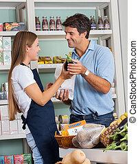verkäuferin, assistieren, mann, in, kaufen, gemuese