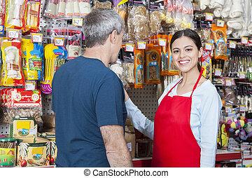 verkäuferin, assistieren, mann, kunde, in, kaufen, haustier, füllen