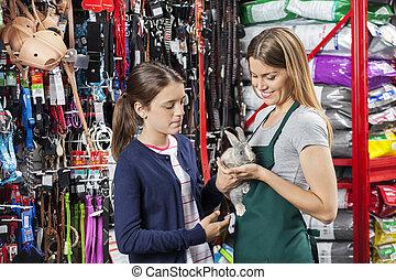 verkäuferin, besitz, kanninchen, mit, m�dchen, an, haustier, kaufmannsladen