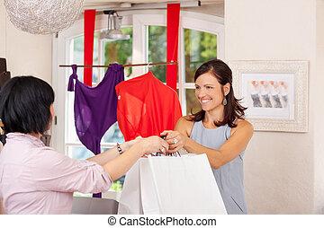 verkäuferin, geben, einkaufstüten, zu, kunde
