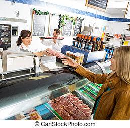 verkäuferin, geben, fleisch, paket, zu, weibliche , kunde