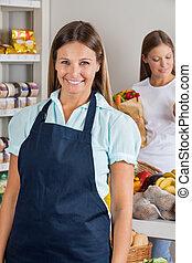 verkäuferin, mit, weibliche , kunde, in, hintergrund