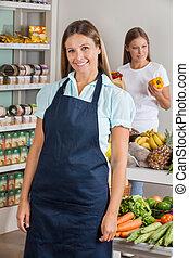 verkäuferin, mit, weibliche , kunde, shoppen, in, hintergrund