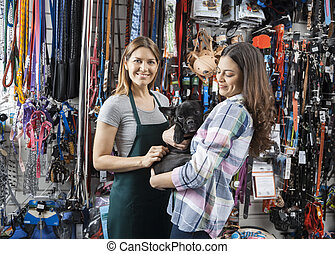 verkäuferin, stehende , mit, kunde, tragen, französische bulldogge
