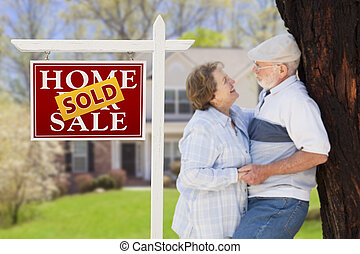 verkauft, immobilien- zeichen, mit, ältere paare, vor, haus