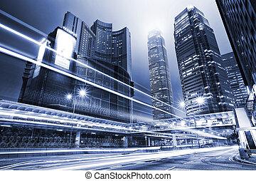 verkeer, met, verdoezelen, licht, door, stad, op de avond